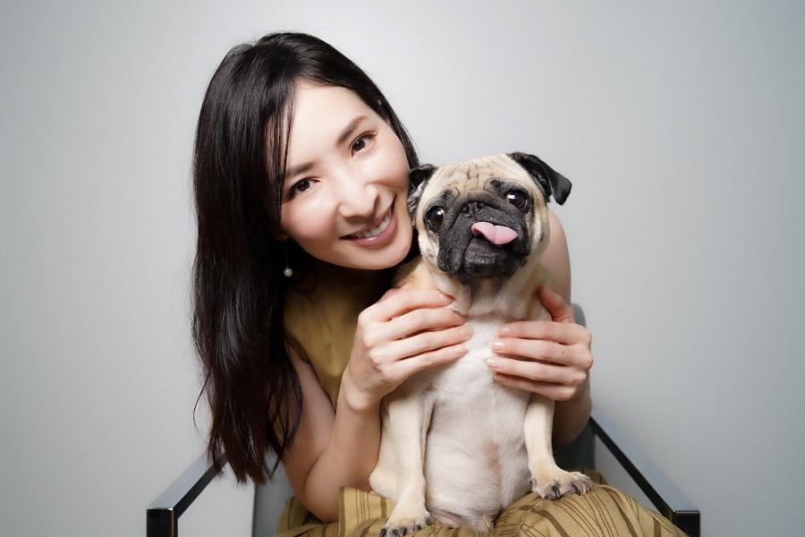 真飛聖さんと愛犬「おもち」ちゃん【写真:荒川祐史】