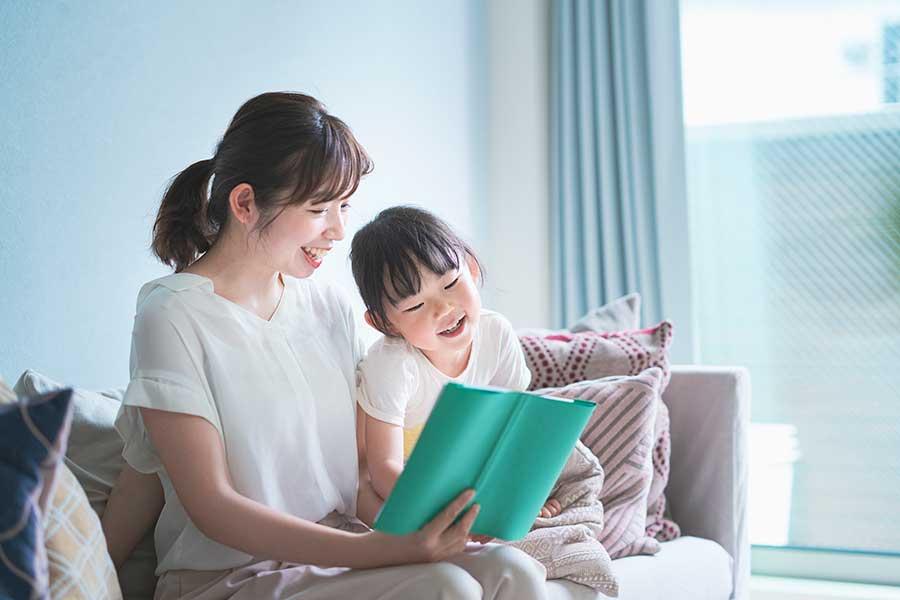 親子で本を読んで、忘れられない夏の思い出を(写真はイメージ)【写真:写真AC】
