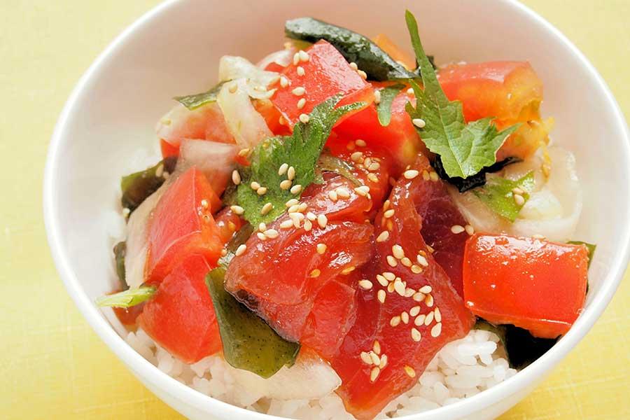 トマトとマグロのサラダ丼【写真:市川千佐子】