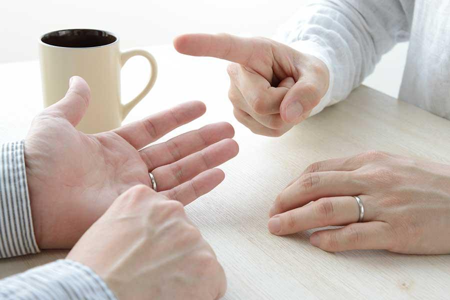 妻が気になる「夫の新しい会社」について。夫婦間での話し合いも重要になる(写真はイメージ)【写真:写真AC】