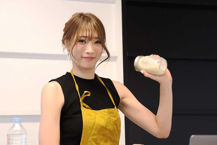 塩麹を手軽に取り入れられそうと笑顔の赤井沙希さん【写真:Hint-Pot編集部】