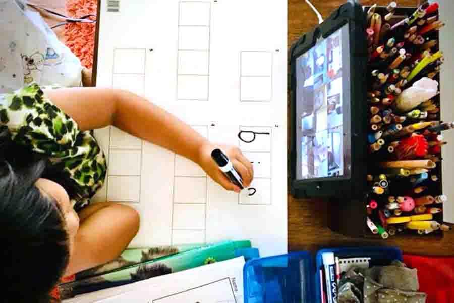 三女のオンライン授業風景。それぞれ好きなスタイルで受けてOK。中には自分の部屋の秘密基地からクラスを受ける子も【写真:小田島勢子】