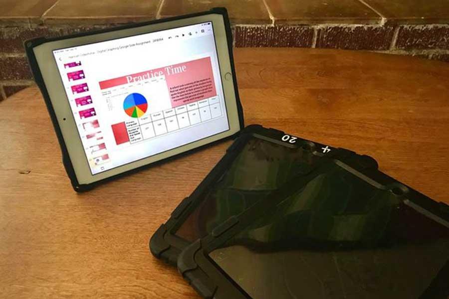 学校区から無料で貸し出されたiPad。1人1台、全生徒に配布された【写真:小田島勢子】