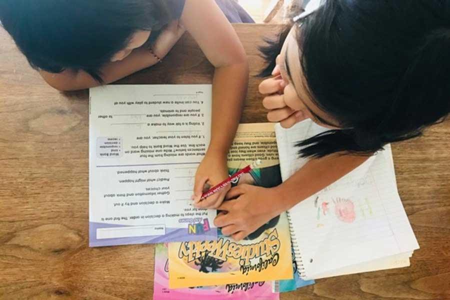 発音の練習は大人になってから米国移住した母・勢子さんより、お姉さんに習っているという三女【写真:小田島勢子】