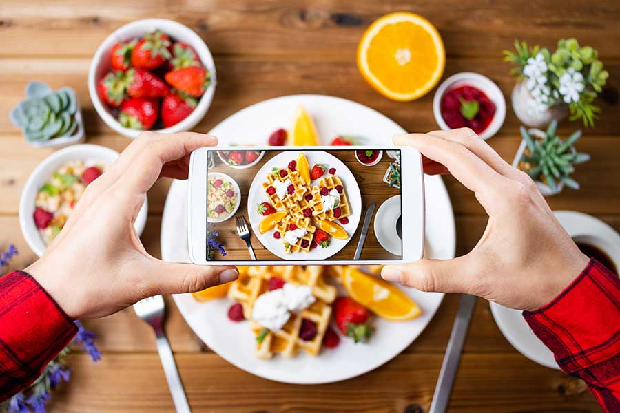 自宅で食事を済ませる機会が増加。それに伴いSNSの投稿数も上昇?(写真はイメージ)【写真:写真AC】