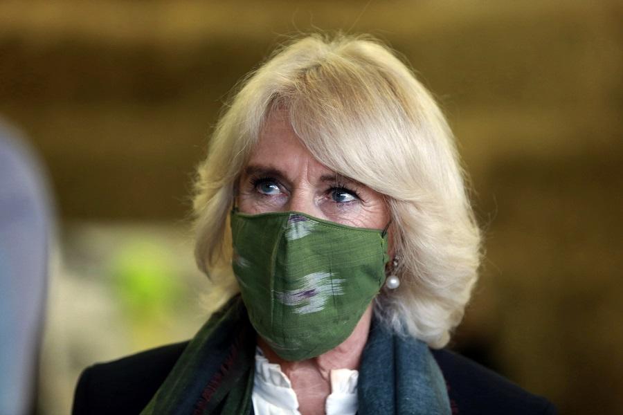 マスクを着けて公務に臨むカミラ夫人【写真:AP】