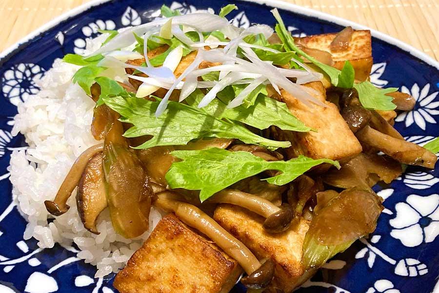 たっぷりのキノコとセロリ、豆腐で、ヘルシーだけど食べ応え抜群!【写真:和栗恵】