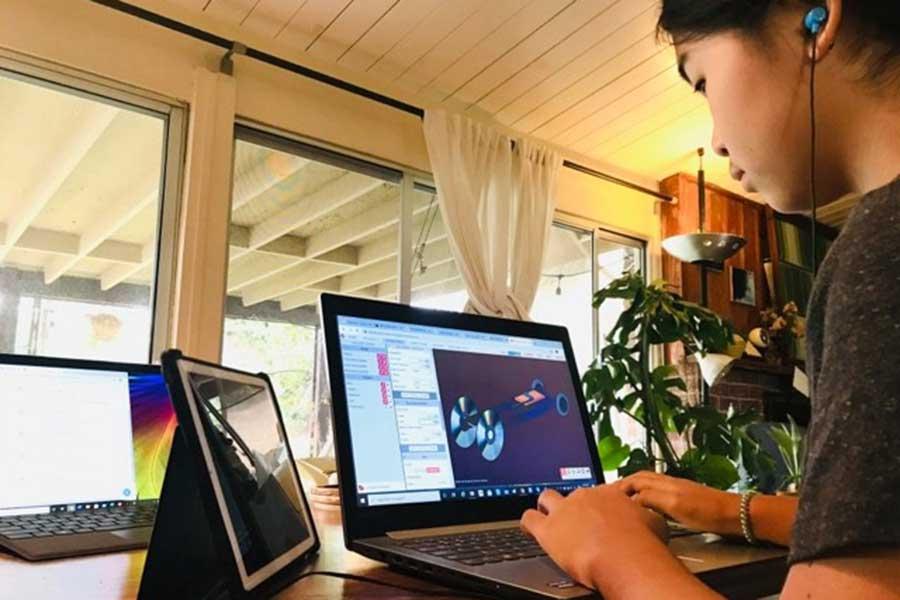 9月から新中学1年生になった長女。11歳ながら3Dソフトウェアを学ぶ【写真:小田島勢子】