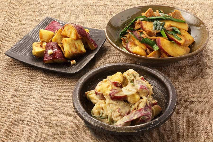 さつまいものじっくり素揚げ(左上)、さつまいものポテサラ(手前)、さつまいもと豚肉のカレーみそ炒め(右上)【写真:キッコーマン株式会社】