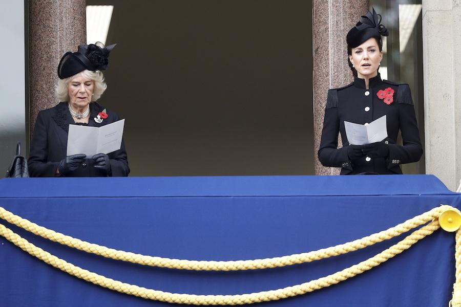 カミラ夫人らとともに戦没者追悼式典に出席したキャサリン妃【写真:AP】