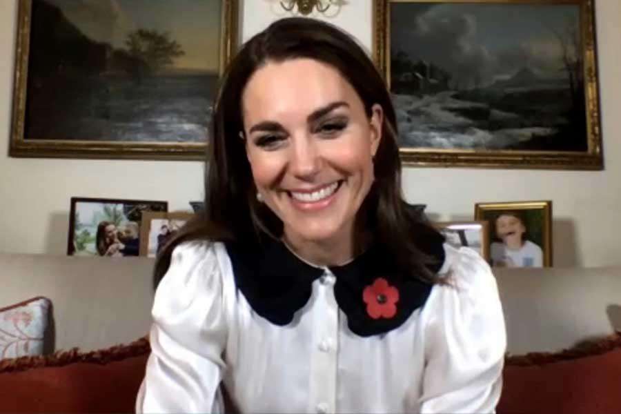 公務時のキャサリン妃。着用した大きな襟付きのブラウスが話題となった【写真:AP】