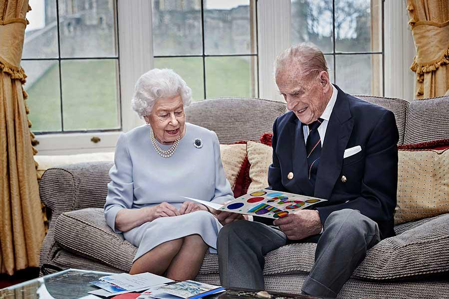 ひ孫たちからのプレゼントを見つめるエリザベス女王、フィリップ殿下【写真:AP】
