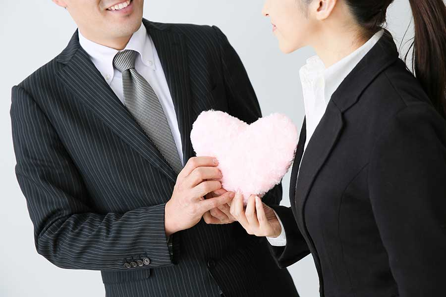 毎日のように顔を合わせる「勤め先の人」。社内恋愛に発展するケースはどれくらい?(写真はイメージ)【写真:写真AC】