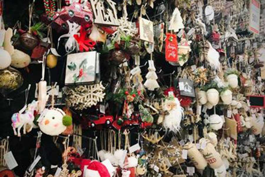 近所にあるクラフトショップのクリスマスの飾り【写真:小田島勢子】
