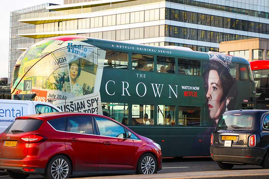 英ロンドン市内を走る『ザ・クラウン』のラッピングバス。国内でもさまざまな議論を呼んでいる【写真:Getty Images】
