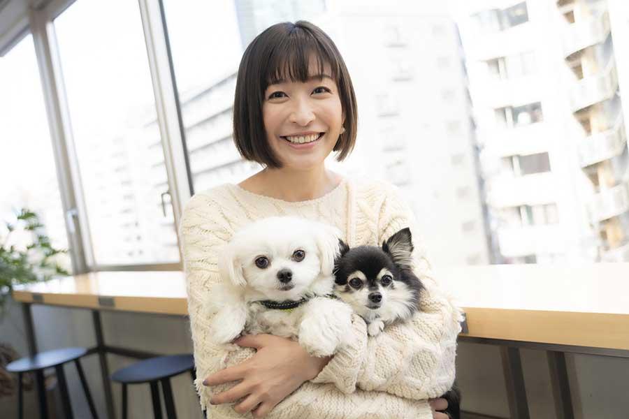 小野真弓さんと愛犬ハルくん(左)、ハナちゃん【写真:山口比佐夫】
