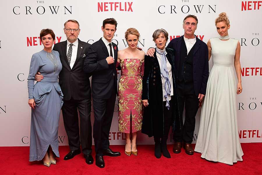 『ザ・クラウン』出演俳優陣。左からエリザベス王妃役のヴィクトリア・ハミルトン、ジョージ6世役のジャレッド・ハリス、フィリップ殿下役のマット・スミス、エリザベス女王役のクレア・フォイ、メアリー王妃役のアイリーン・アトキンス、ルイス・マウントバッテン役のグレッグ・ワイズ、マーガレット王女役のヴァネッサ・カービー【写真:Getty Images】