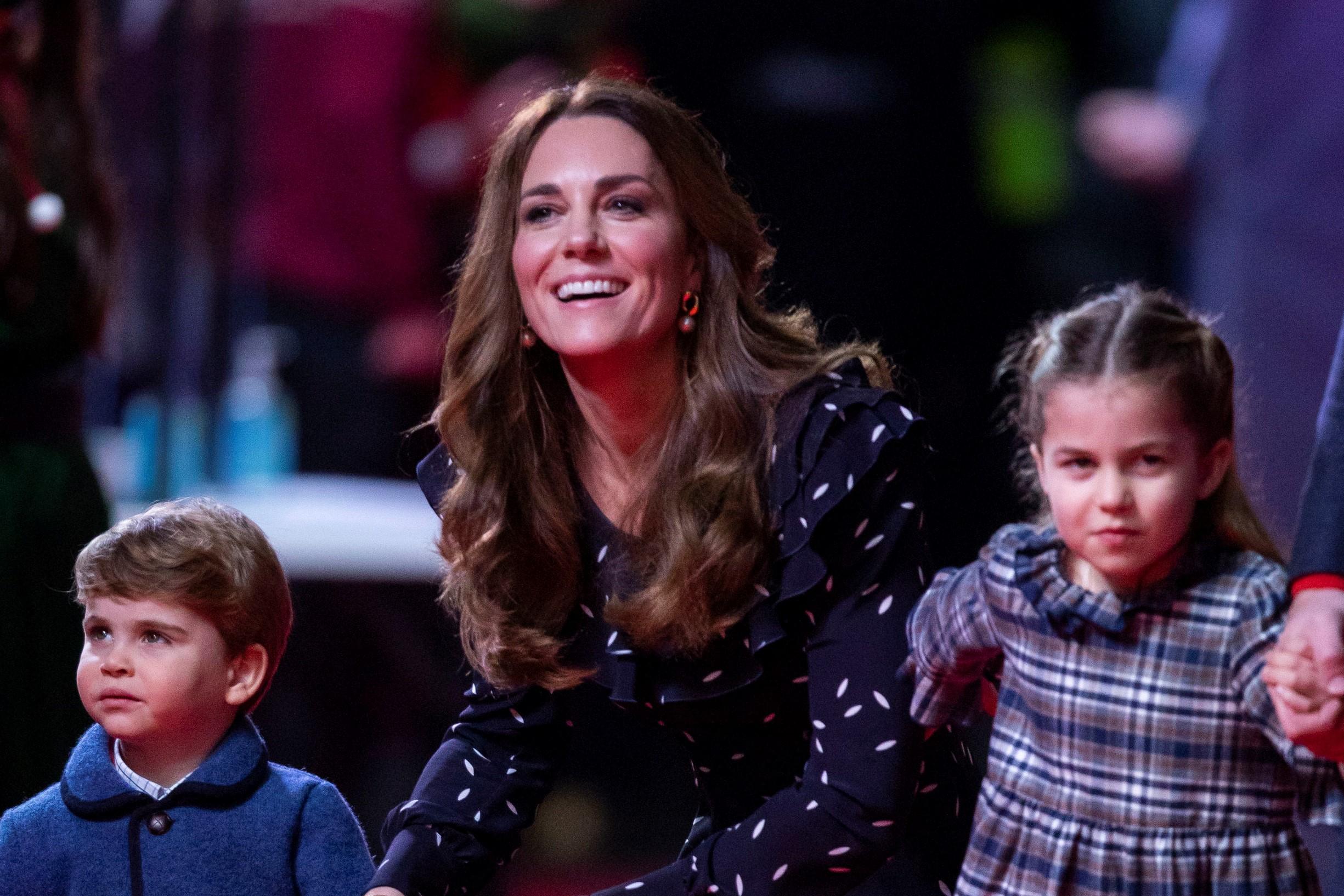 レッドカーペットに登場したキャサリン妃とシャーロット王女、ルイ王子【写真:Getty Images】