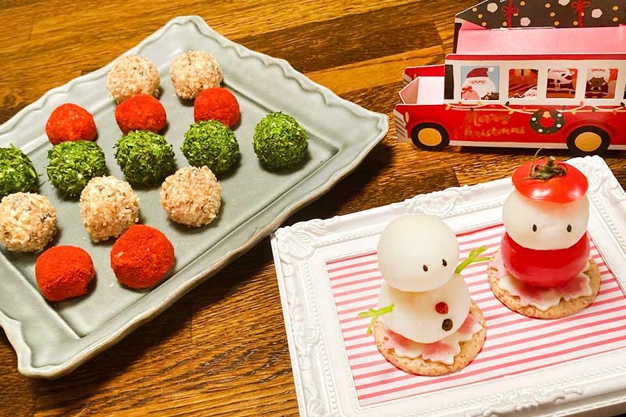 「3色クリームチーズボール」(左)と「ポテサラ雪だるま&サンタクロース」(右)【写真:和栗恵】