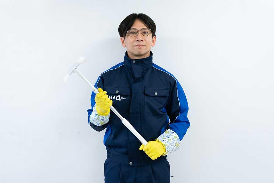 お掃除芸人としても活躍中の佐藤満春さん。トイレ掃除の秘密兵器が登場!?【写真:荒川祐史】