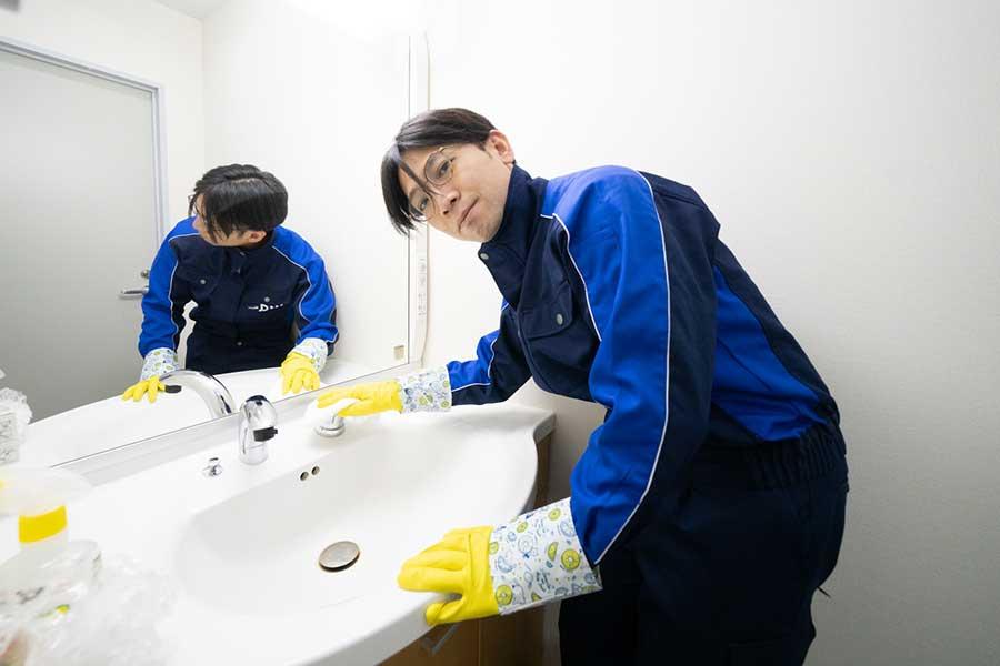 洗面所の掃除で使用するのは酸性洗剤。そのため、「ビニール手袋をはめた方が◎」【写真:荒川祐史】