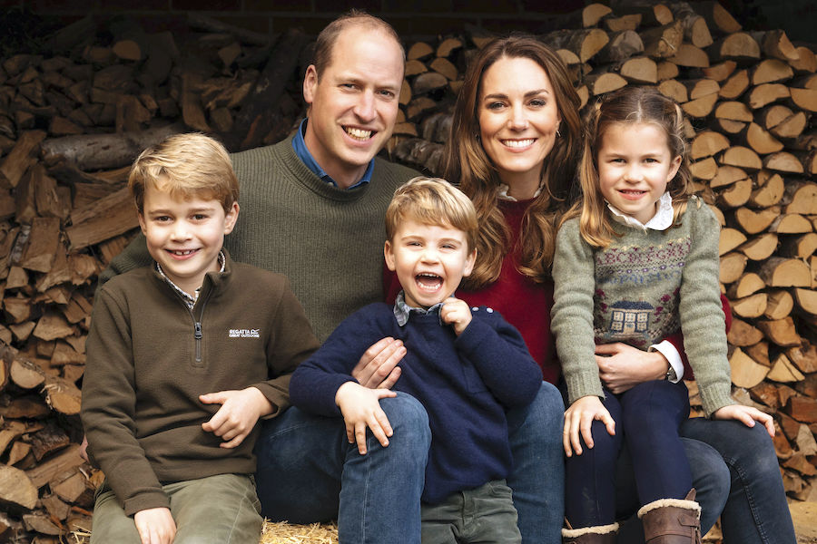 (前列左から)ジョージ王子、ルイ王子、シャーロット王女【写真:AP】