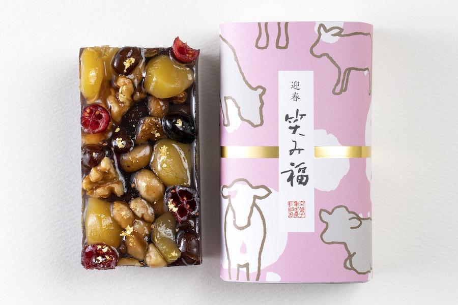 「笑み福」のパッケージには京都のテキスタイルブランド「SOU・SOU」のテキスタイルを採用【写真提供:亀屋良長】
