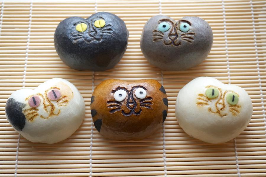 トラ猫は黒糖生地に小豆粒餡、白猫はプレーン生地にクリームチーズ餡など、みんな味が違います【写真提供:稲豊園】