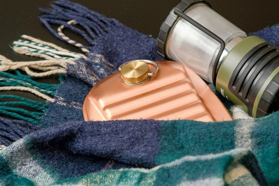 被災時の寒さ対策にも有効な湯たんぽ。既製品がなくてもペットボトルで代用可能(写真はイメージです)【写真:写真AC】