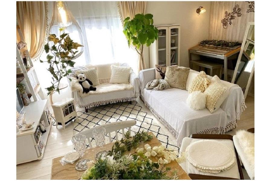 白の家具に観葉植物のグリーンが映えた一部屋【写真提供:Mayumi_Murooka(mayumi_murooka)さん】