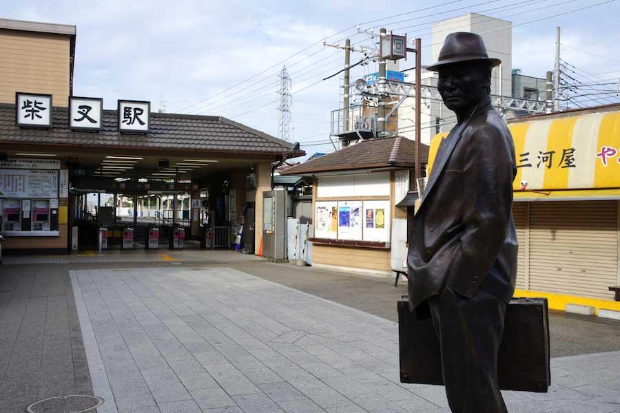 柴又駅前に建つ「寅さん」の像【写真:写真AC】