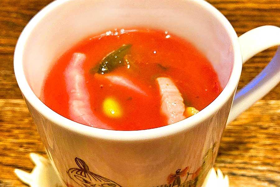 長時間煮込んだようなコクのある味わい。ベーコンとトマトジュースのスープ【写真:和栗恵】