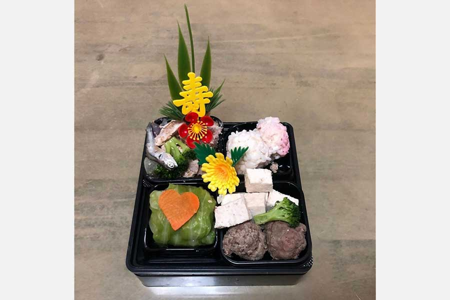食欲をそそるこなつちゃんの「専用おせち」【写真提供:牧田こなつ(konatsumakita)さん】