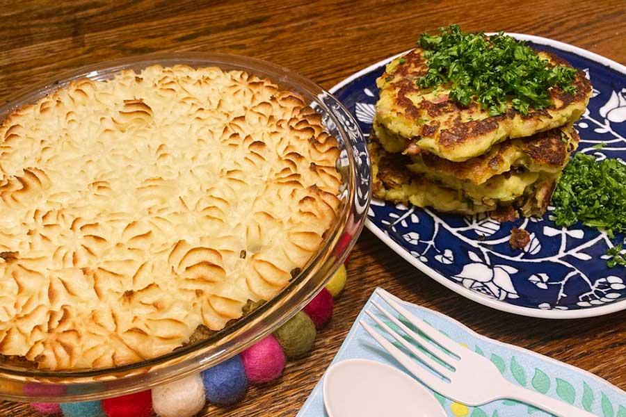 マッシュポテトの素で簡単。「お手軽コテージパイ」(左)と「大人のためのマッシュポテトパンケーキ」(右)【写真:和栗恵】