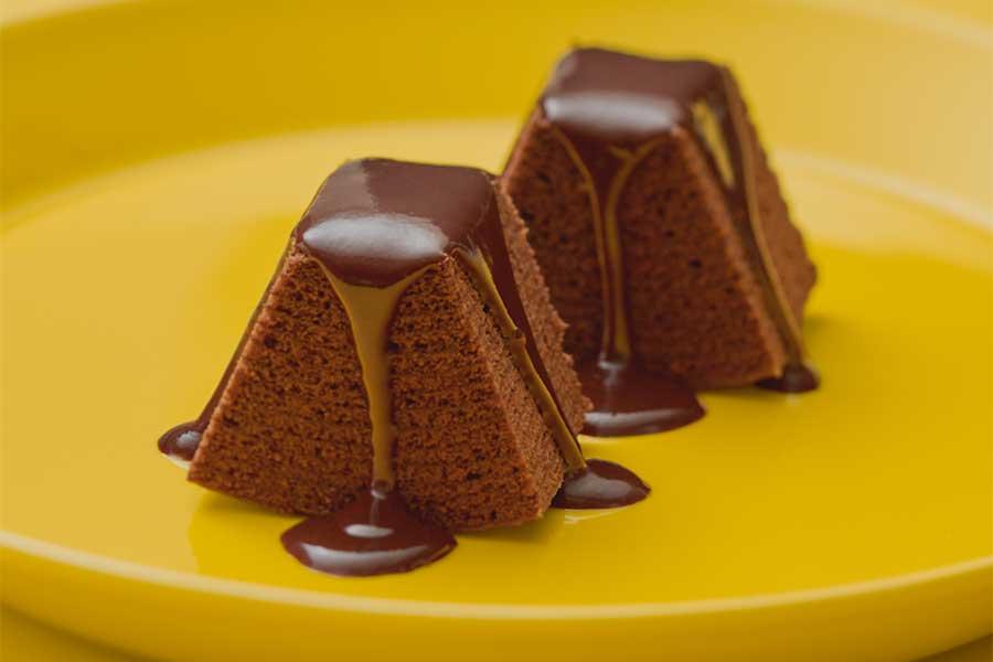 レンジで温めると3種のチョコを合わせたガナッシュがとろりと生地に絡みます!【写真提供:クラブハリエ】