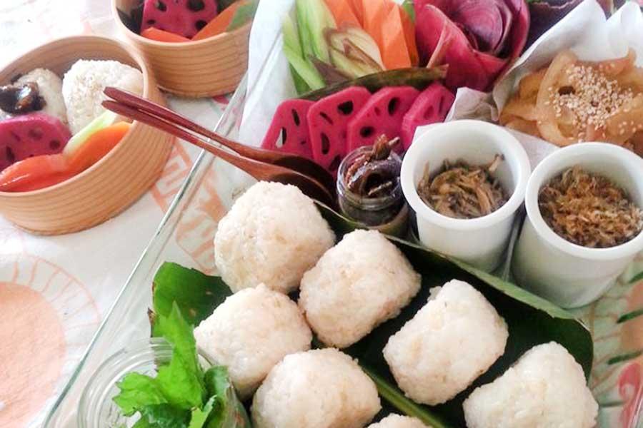 おにぎりとぬか漬け、お漬け物、根野菜のおかず。熱いおみそ汁とともに【写真:小田島勢子】