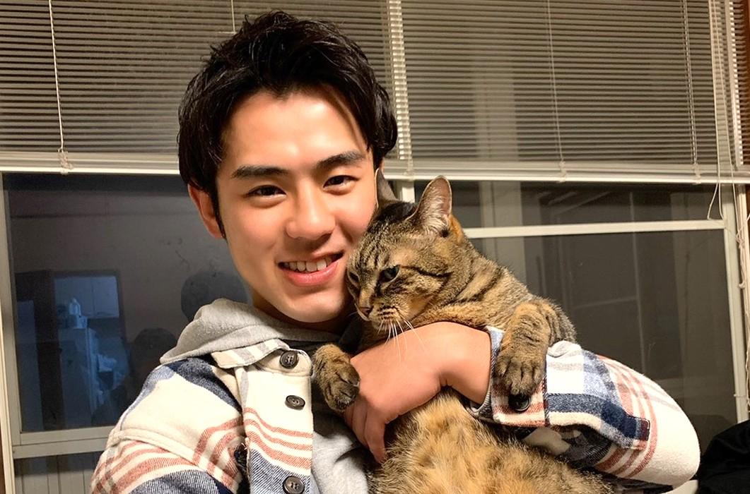 愛猫レオンくんを抱く小笠原選手【写真:小笠原瑛作】