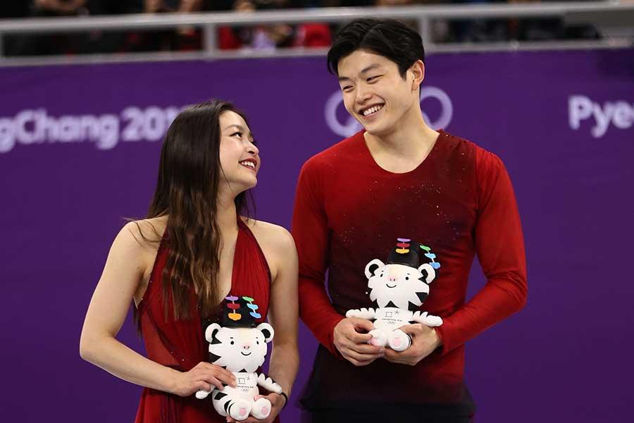平昌五輪で銅メダルを獲得し、見つめ合うマイア選手(左)とアレックス選手【写真:Getty Images】