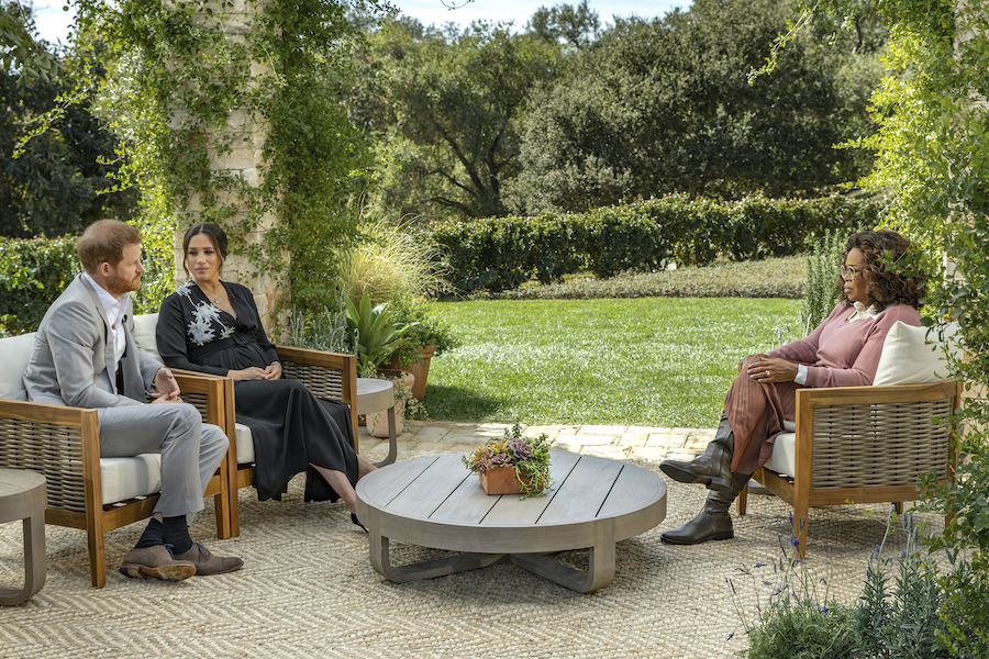 ヘンリー王子(左)とメーガン妃(中)にインタビューするオプラ・ウィンフリー(右)【写真:AP】
