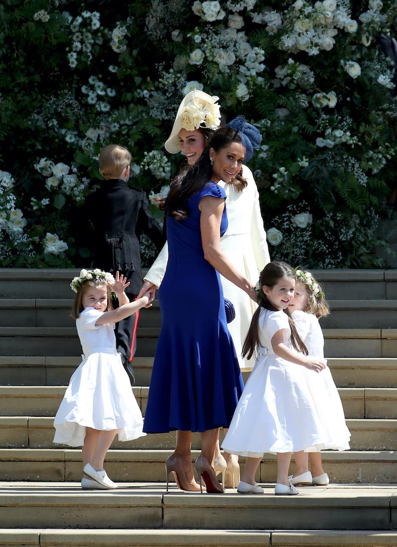 子どもたちの足元に注目。タイツをはくのが伝統とされているが、暑い日だったためメーガン妃は「タイツをはかせない方が自然」と主張し、言い合いに発展したと伝えられている。【写真:Getty Images】