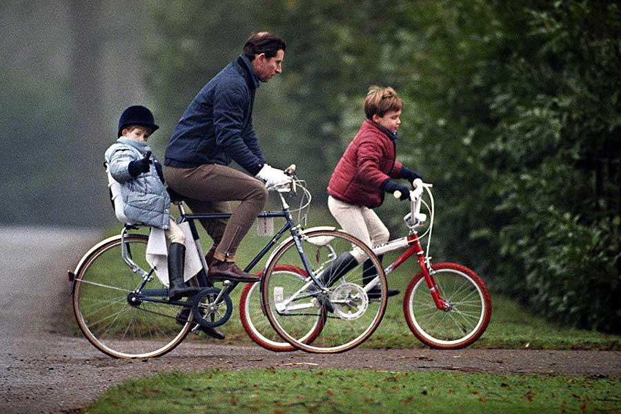 チャールズ皇太子が漕ぐ自転車の荷台に乗せられた、幼き日のヘンリー王子【写真:Getty Images】