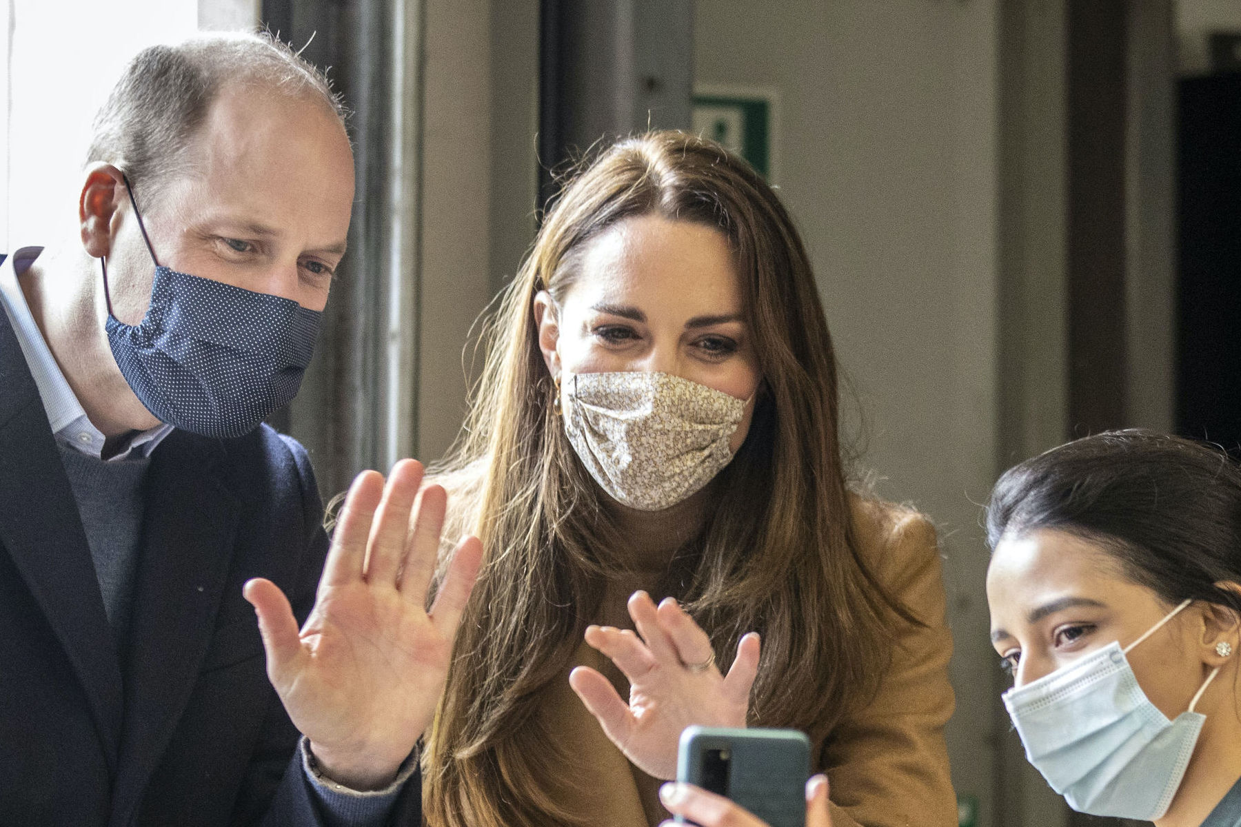 緊急医療ステーションを訪問したウイリアム王子とキャサリン妃【写真:AP】