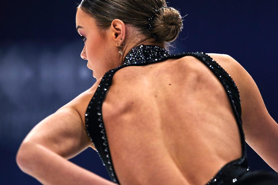 大胆に背中を露出させた衣装で登場したルナ・ヘンドリクス選手【写真:Getty Images】