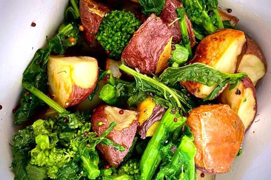 ポテトと菜の花(ラピニ)のサラダ。彩りも華やか【写真:小田島勢子】