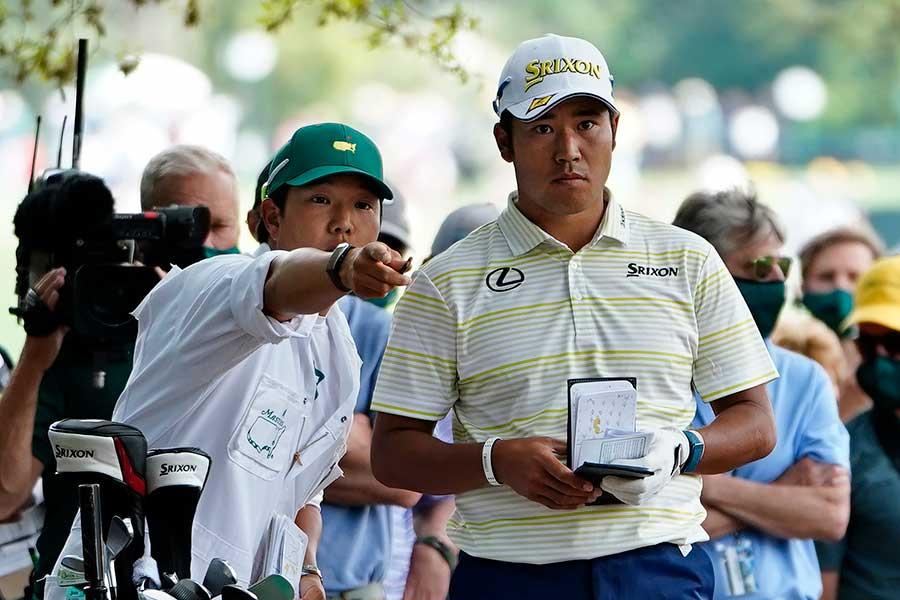 松山選手に寄り添い、ともに戦った早藤さん(左)。優勝後の行動を世界が称賛した【写真:Getty Images】