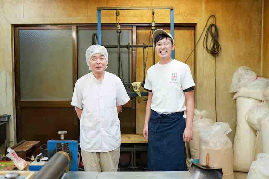 丸文製菓でおこし作りを行う海老原利幸さん(左)と細谷誠代表(右)【写真:荒川祐史】