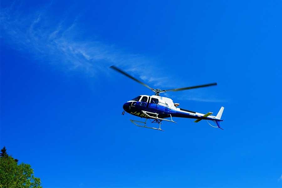 ピースサインと鏡でヘリコプターに光のシグナルを簡単に送ることができる(写真はイメージ)【写真:写真AC】