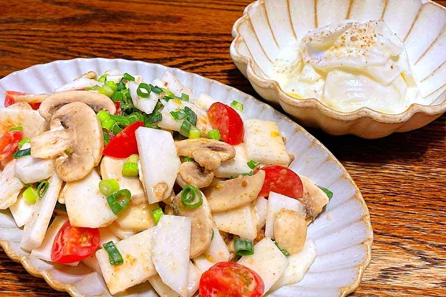 カブのヨーグルトマリネ(右)と、カブとマッシュルームのサラダ(左)【写真:和栗恵】