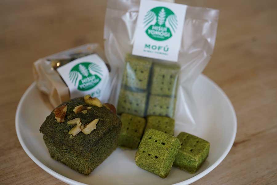 お菓子に使われる「ヒスイヨモギ」は手で摘み揉まれ、天日で干したものが使われています【写真提供:フェルエッグ】