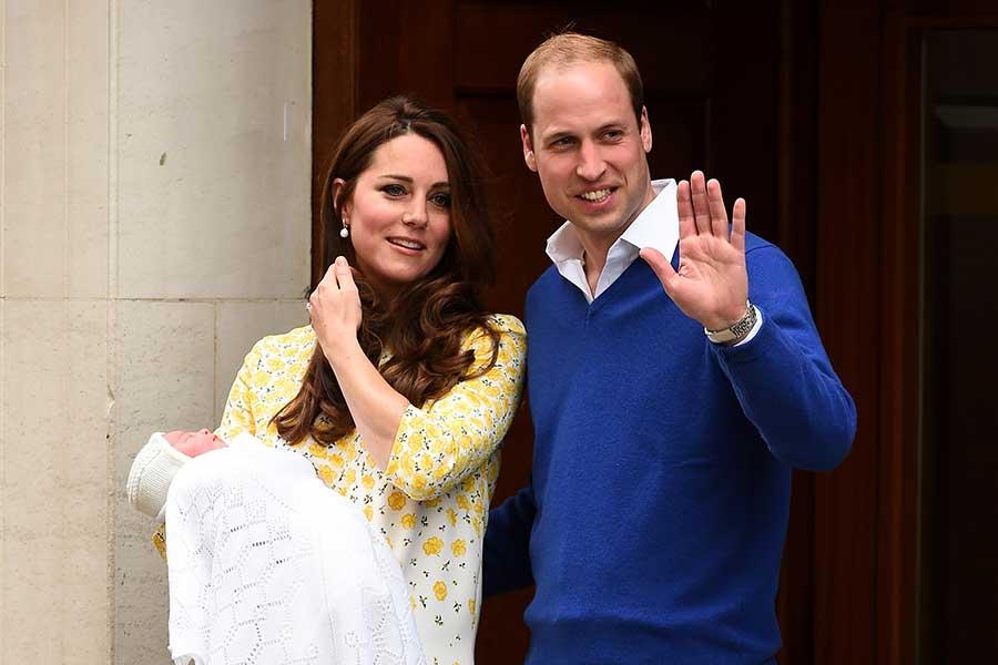 シャーロット王女誕生直後、ブルーのニットにシャツを重ね着したウイリアム王子【写真:Getty Images】